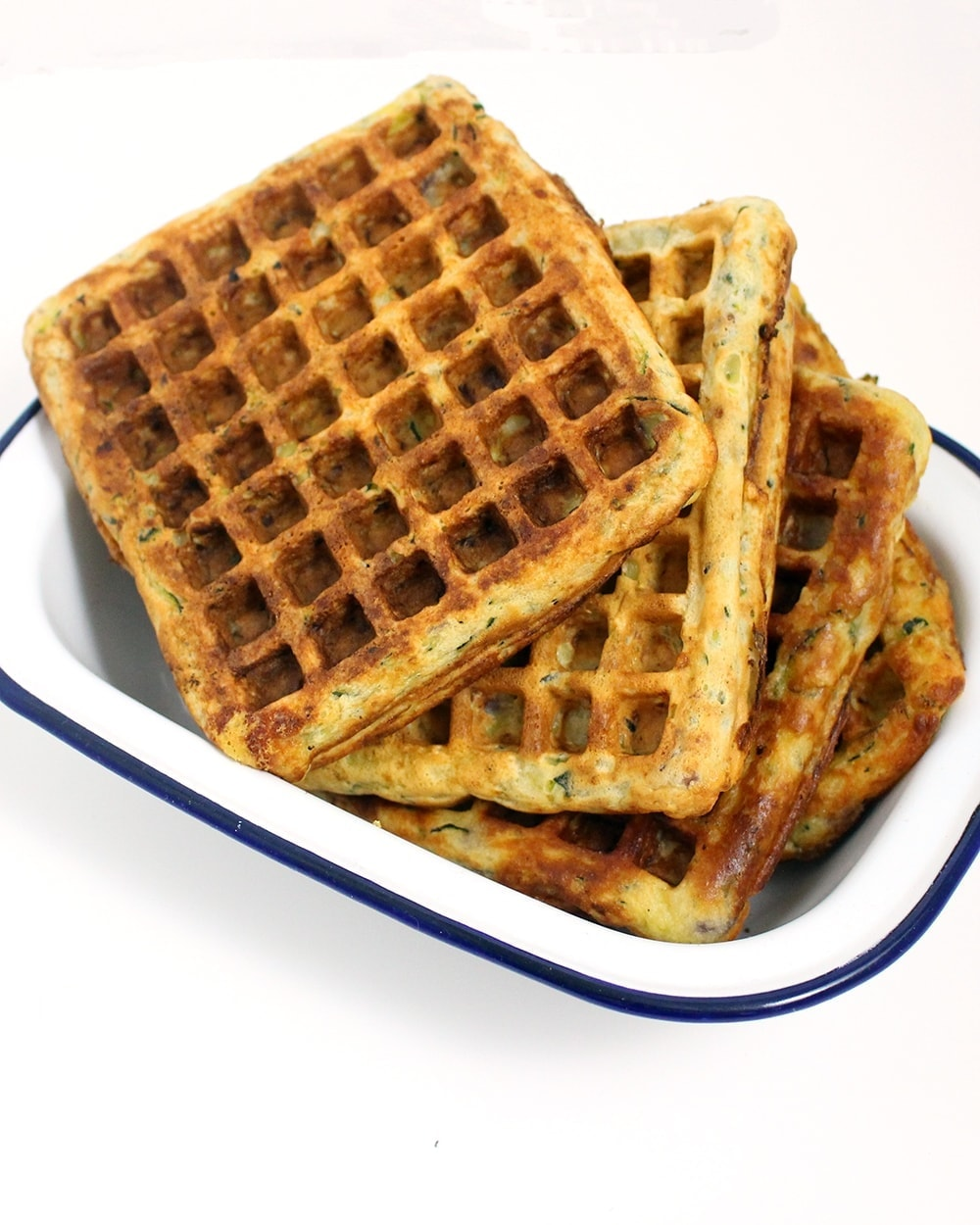 Spicy salmon is the perfect complement to these tasty courgette waffles. Top everything with this super quick, creamy hollandaise sauce!