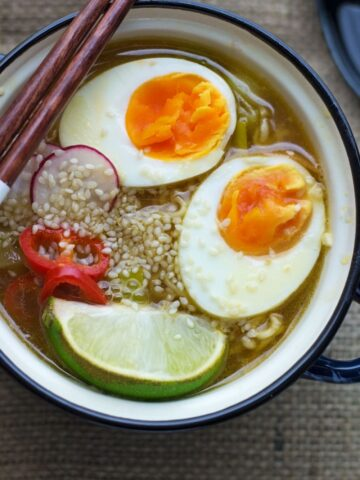 Looking for a delicious vegetarian dinner that can be made in 30 minutes or less? This easy vegetable ramen is the perfect thing!