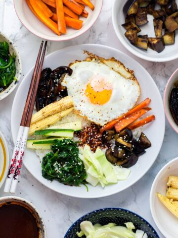 It's so easy to make this vegetable bibimbap and there's so many different ways you can make it your own! Don't forget the crispy fried egg & chilli sauce.