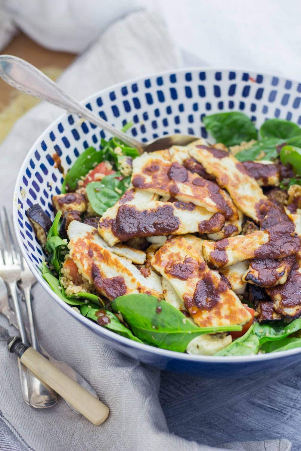 This harissa halloumi salad is so quick to make and is bursting with healthy ingredients! The salty halloumi is the perfect addition to this vegetarian dish. #vegetarian #salad #healthy #halloumi