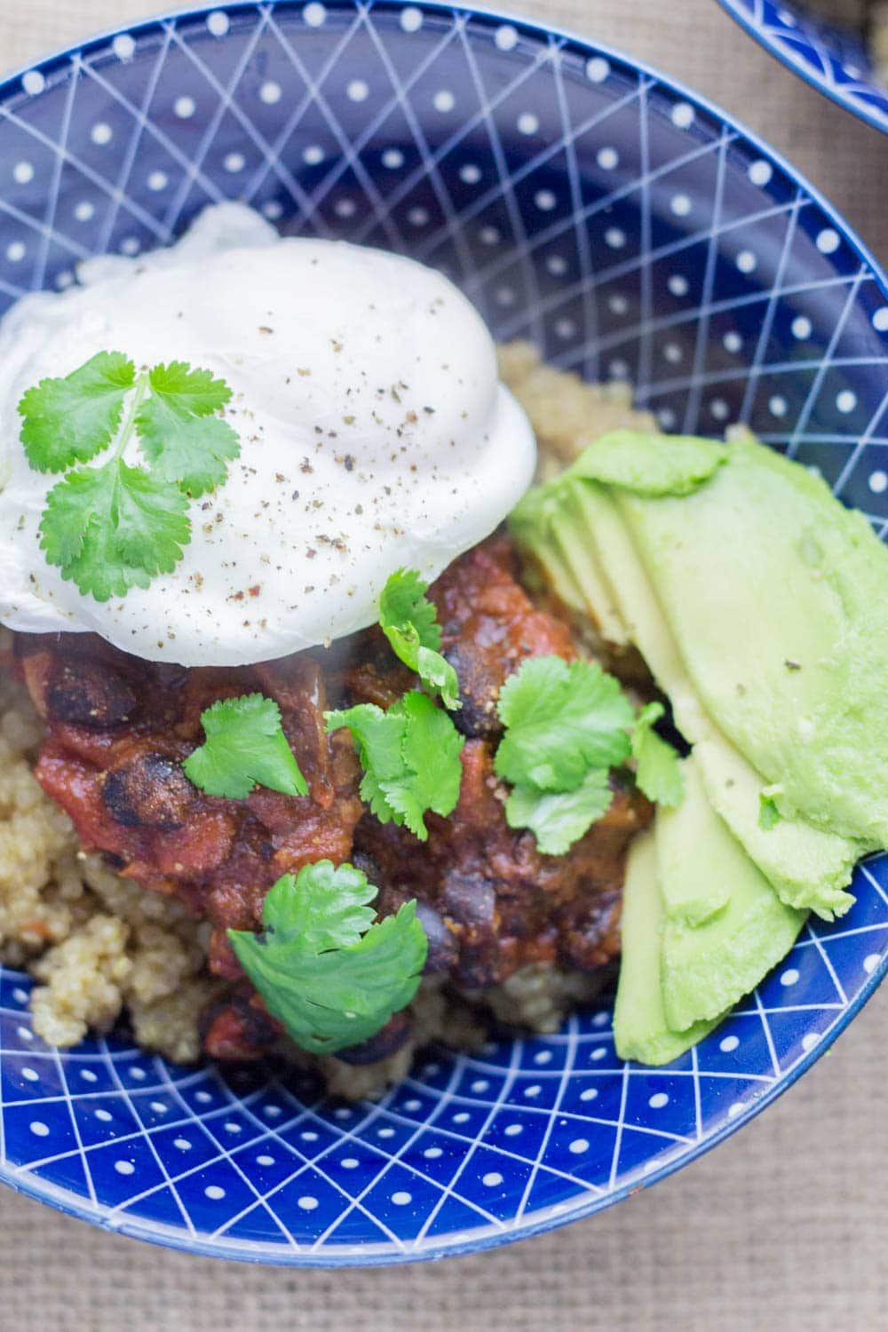 Huevos Rancheros Quinoa Breakfast Bowls. Try these huevos rancheros quinoa breakfast bowls for a fun and healthy change to your usual breakfast. I like mine topped with a poached egg for extra protein and loads of lime and coriander. #breakfast #quinoa #healthy #huevosrancheros #recipe