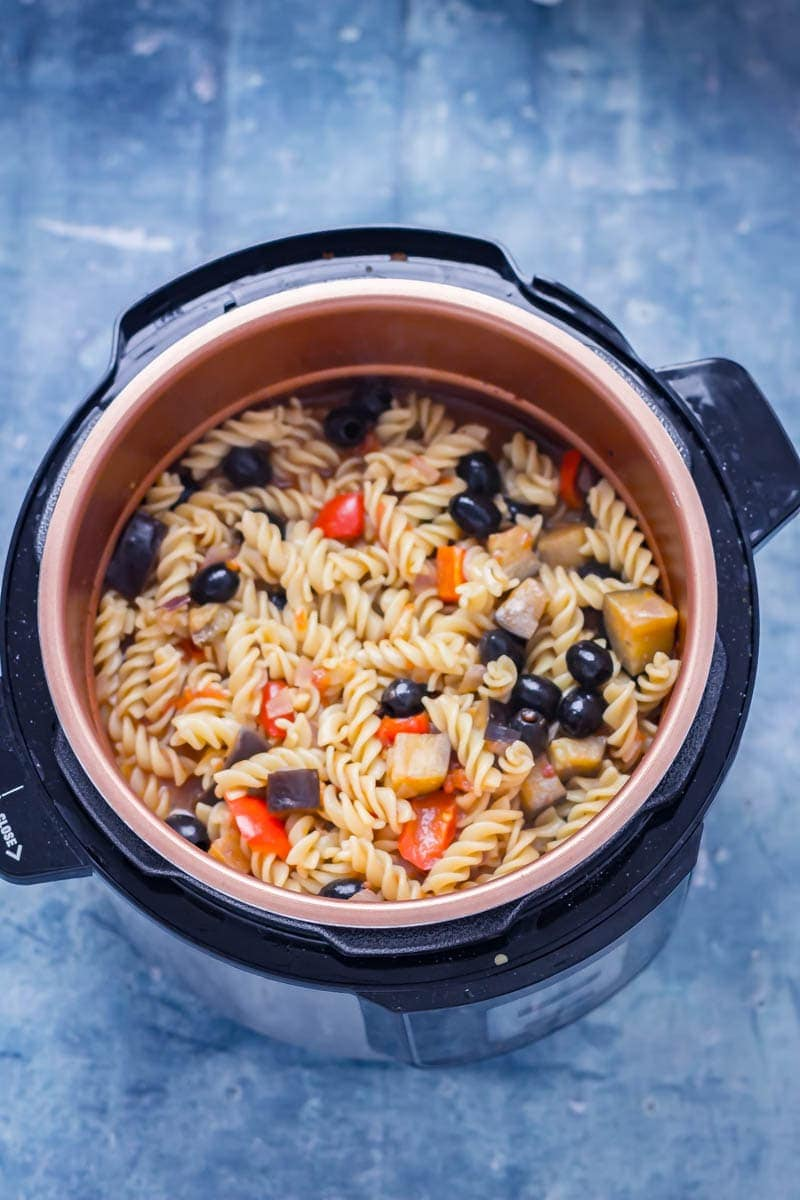 Pressure cooker pasta in a pressure cooker with aubergine, red peppers and olives