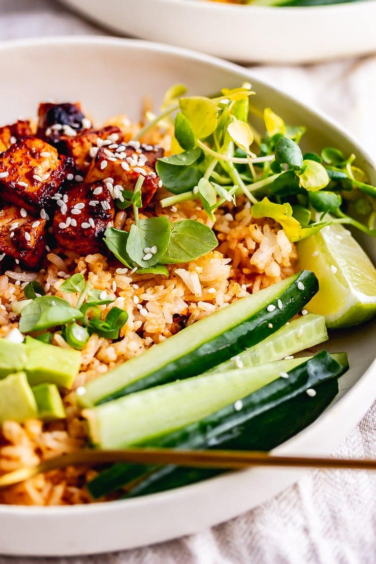 Spicy rice bowls with cucumber and greens